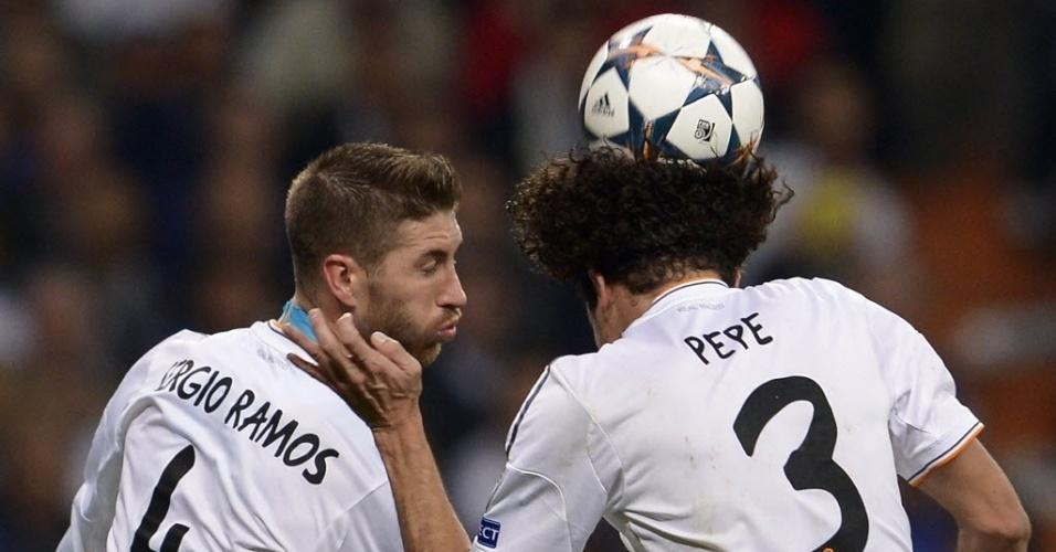 Pepe e Sergio Ramos dividem bola de cabeça na partida contra o Bayern de Munique - (23.abr.2014)