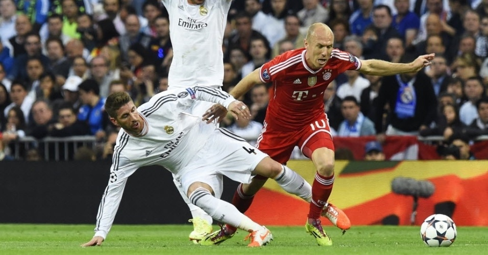 Sergio Ramos dá o bote e tira a posse de bola de Robben em ataque do Bayern - (23.abr.2014)
