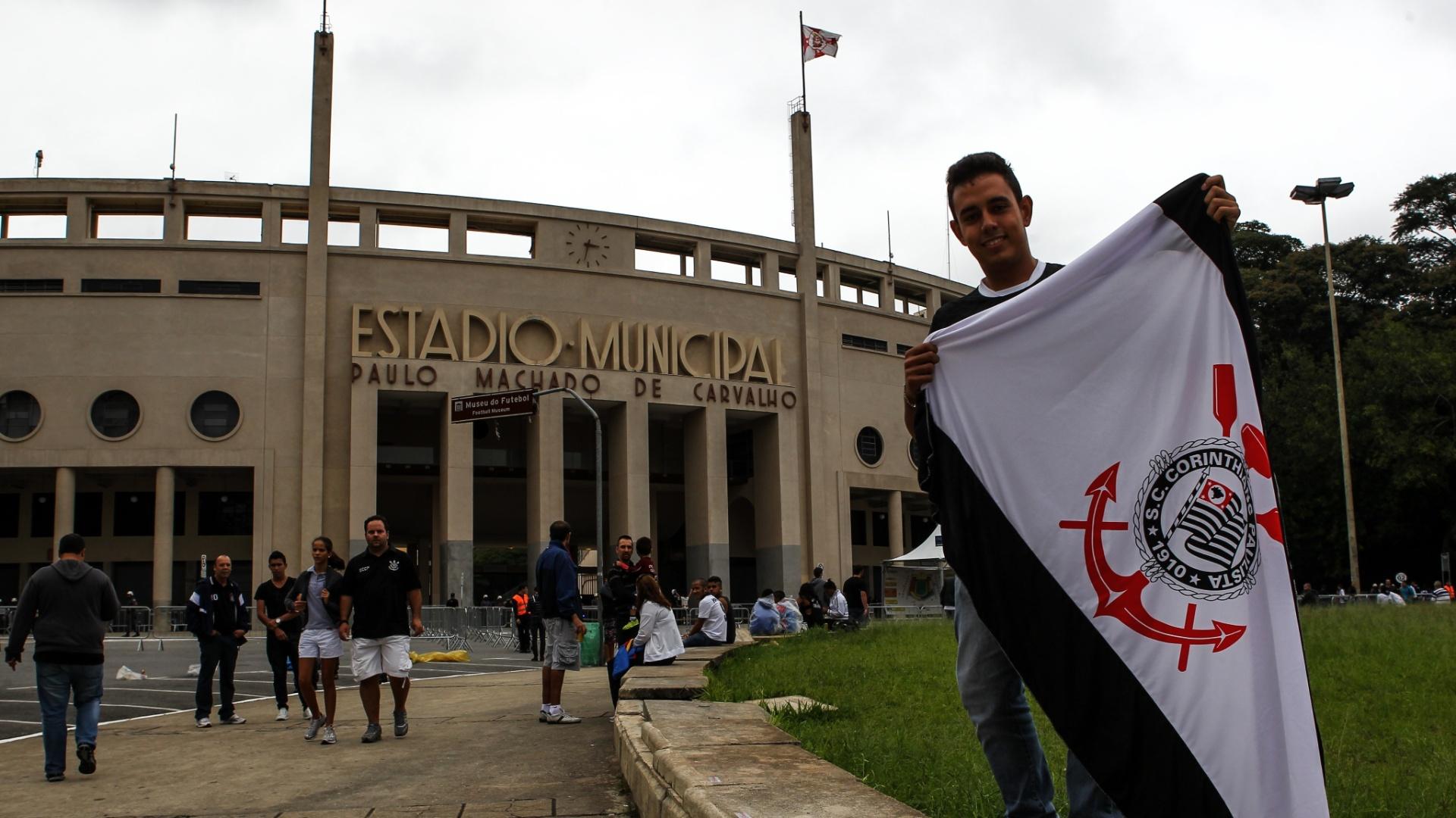 Torcedor do Corinthians exibe bandeira do clube na frente do portão principal do Pacaembu, antes do jogo contra o Atlético Sorocaba, pelo Campeonato Paulista
