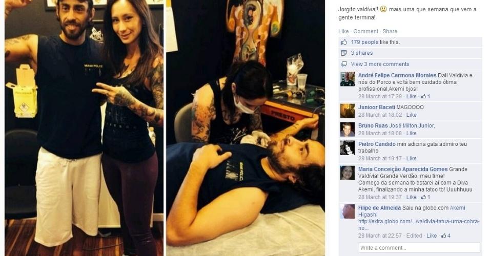 Valdivia posa ao lado de Akemi Higashi após fazer a primeira parte de sua quinta tatuegem com ela, uma caveira com uma serpente