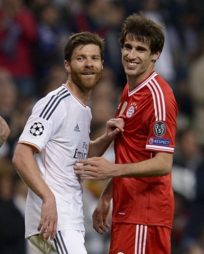 Xabi Alonso (esq) marca Javi Martinez na partida entre Real e Bayern pela Liga - (23.abr.2014)