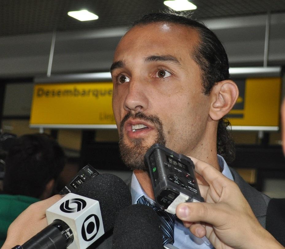 24 abr 2014 - Barcos concede entrevista coletiva na chegada do Grêmio a Porto Alegre