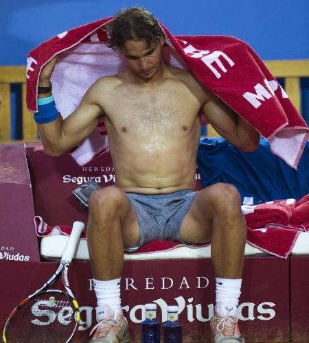 24.abr.2014 - Rafael Nadal se enxuga durante intervalo entre games na vitória sobre Ivan Dodig em Barcelona