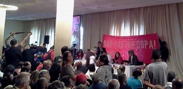 Manifestantes erguem faixa durante discurso do ministro Gilberto Carvalho em São Paulo