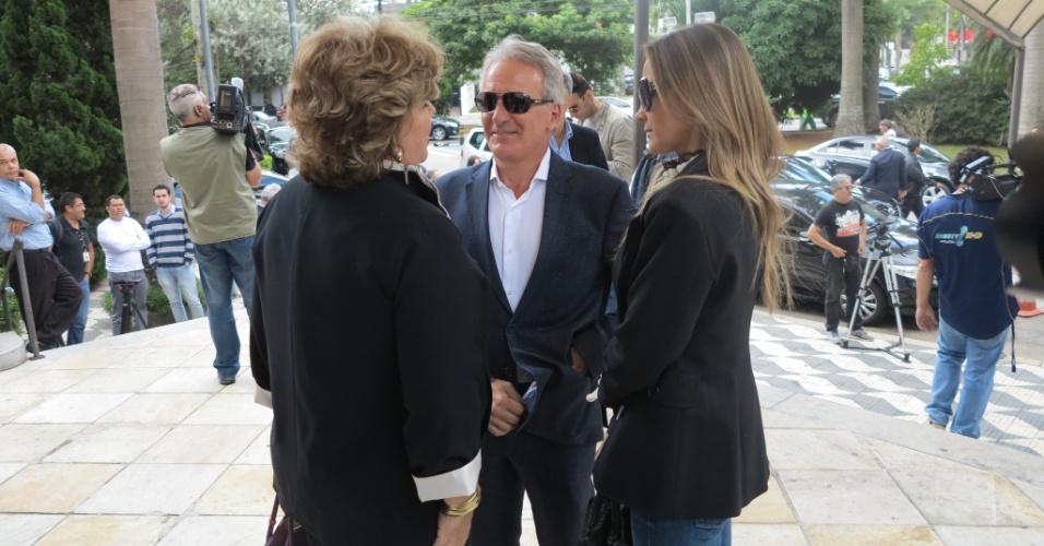 25.abr.2014 - Apresentador Otávio Mesquita conversa com Sílvia Poppovic antes da missa de sétimo dia de Luciano do Valle