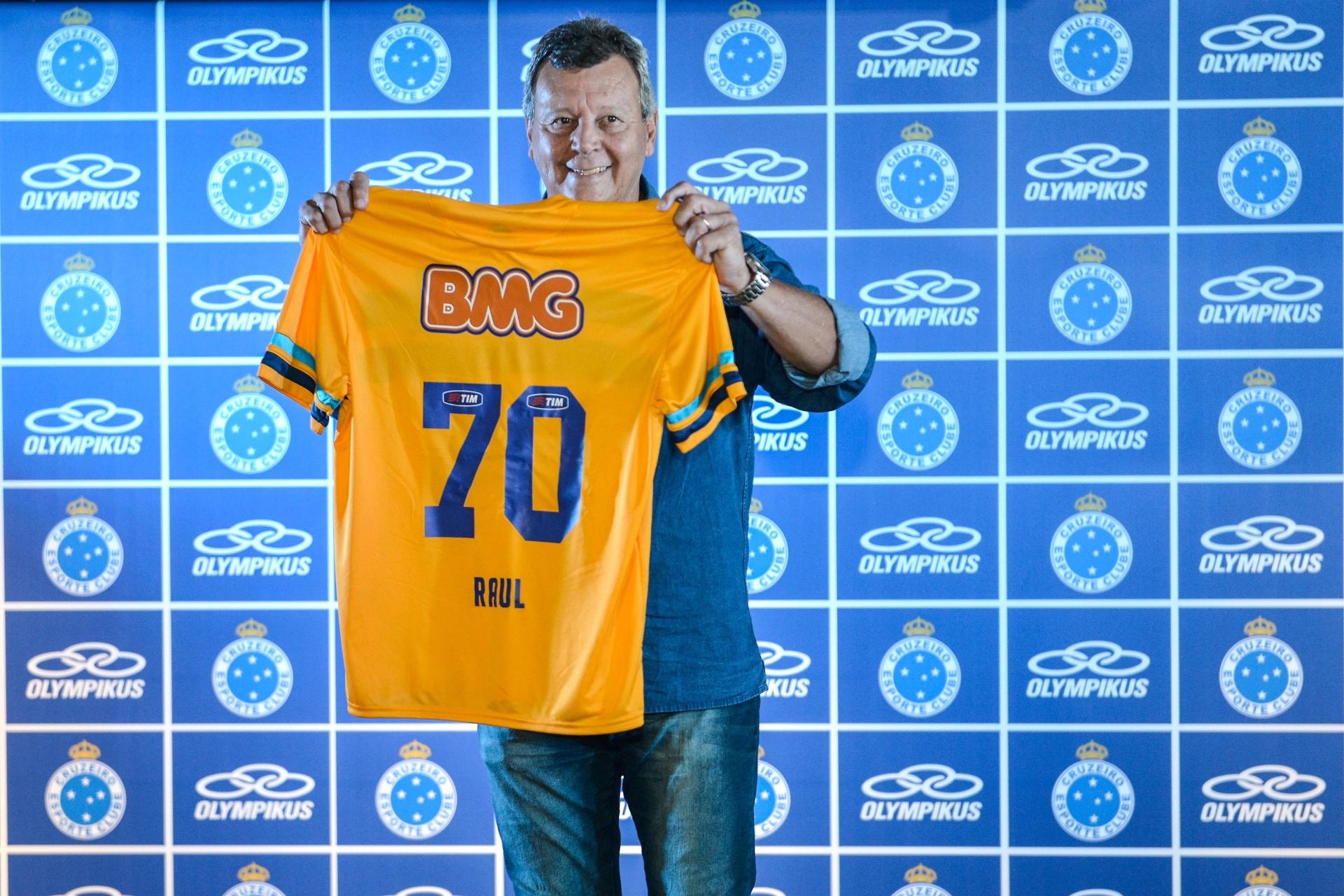 aac0e43cab Cruzeiro lança uniformes no Mineirão e faz homenagem a ex-goleiro Raul -  25 04 2014 - UOL Esporte