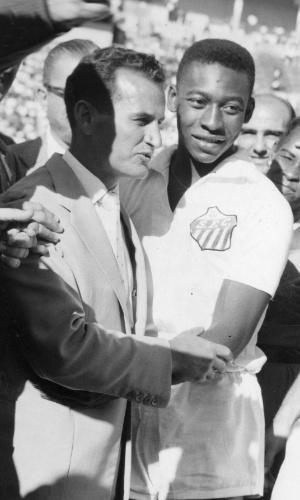 Pele, então jogador do Santos, antes de uma partida em 1960