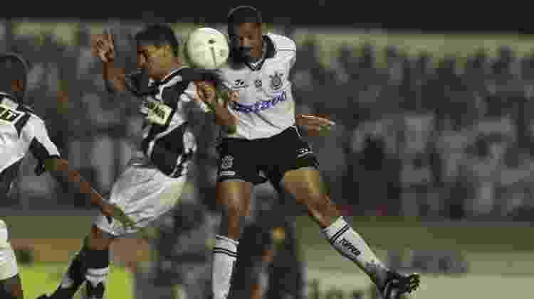 Vampeta, volante do Corinthians, sobe de cabeça para disputar bola com um jogador do Altlético-MG, na final do Brasileiro de 1999 - Ormuzd Alves/Folhapress - Ormuzd Alves/Folhapress