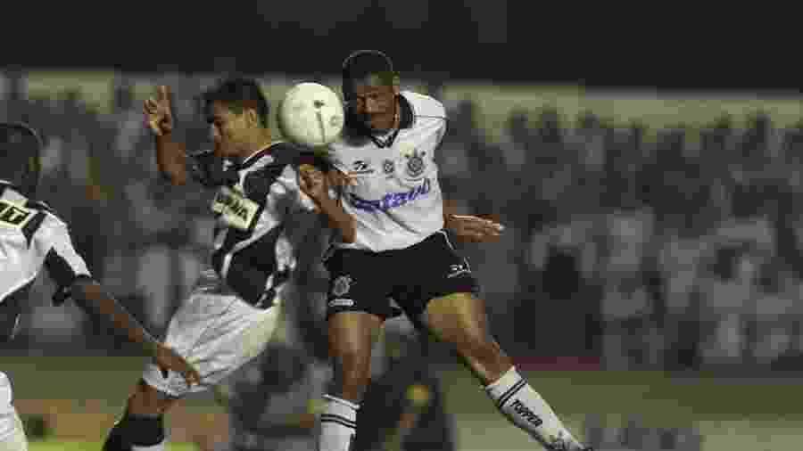 Vampeta, volante do Corinthians, sobe de cabeça para disputar bola com um jogador do Altlético-MG, na final do Brasileiro de 1999 - Ormuzd Alves/Folhapress