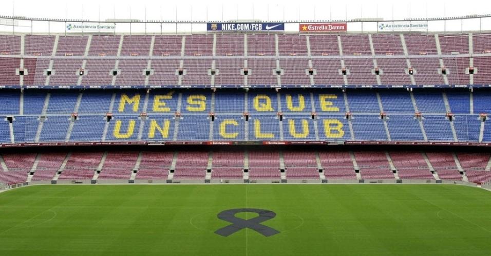 26.04.2014 - Camp Nou recebe homenagem no gramado para o ex-técnico do Barcelona, Tito Vilanova, que morreu aos 45 anos