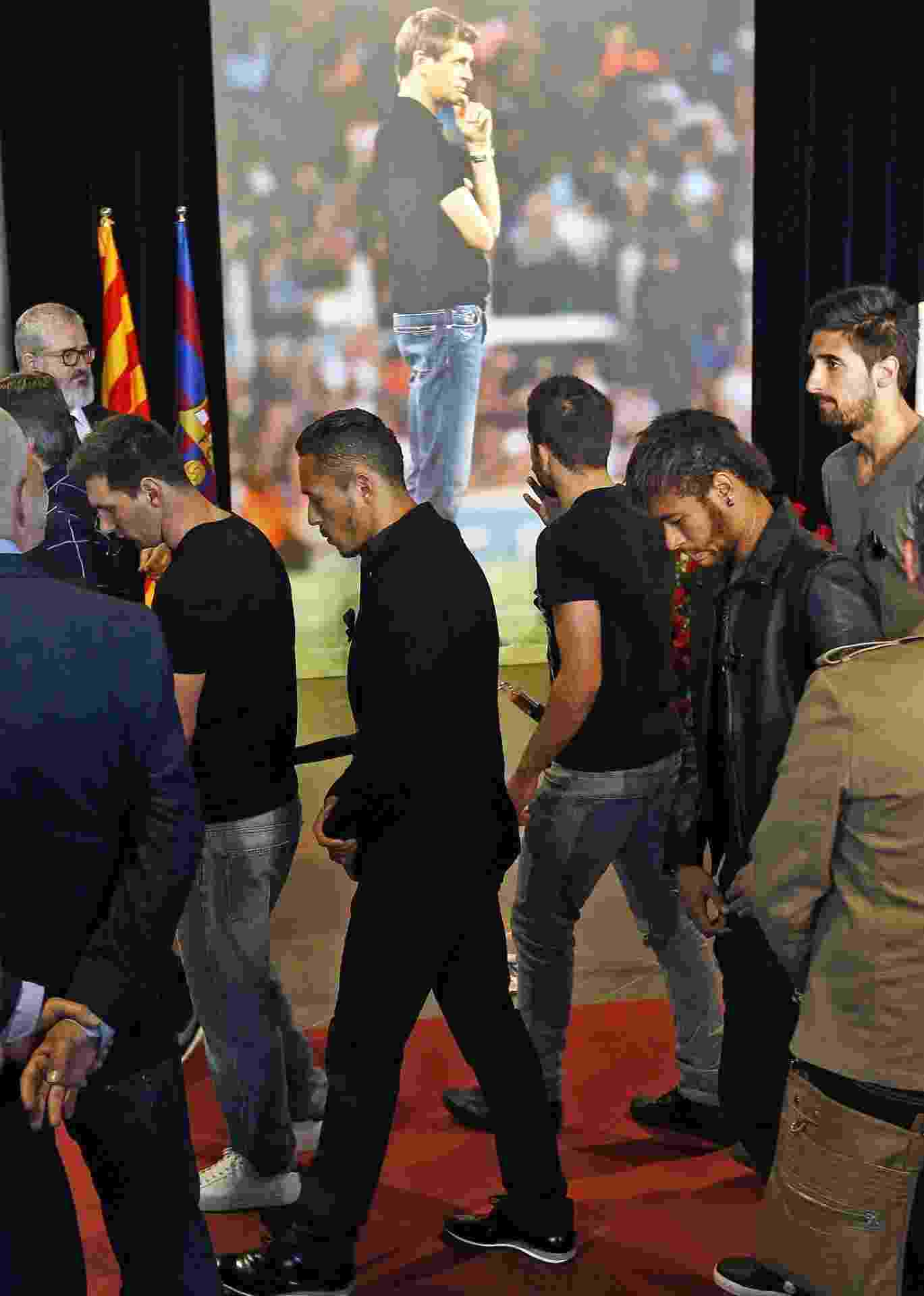 26.04.2014 - Messi, Neymar e outros atletas do Barcelona participaram do velório do técnico Tito Vilanova no Camp Nou - AFP PHOTO / QUIQUE GARCIA
