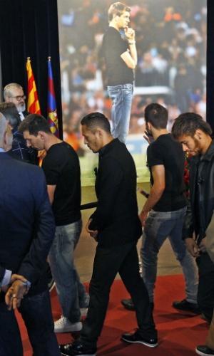 26.04.2014 - Messi, Neymar e outros atletas do Barcelona participaram do velório do técnico Tito Vilanova no Camp Nou