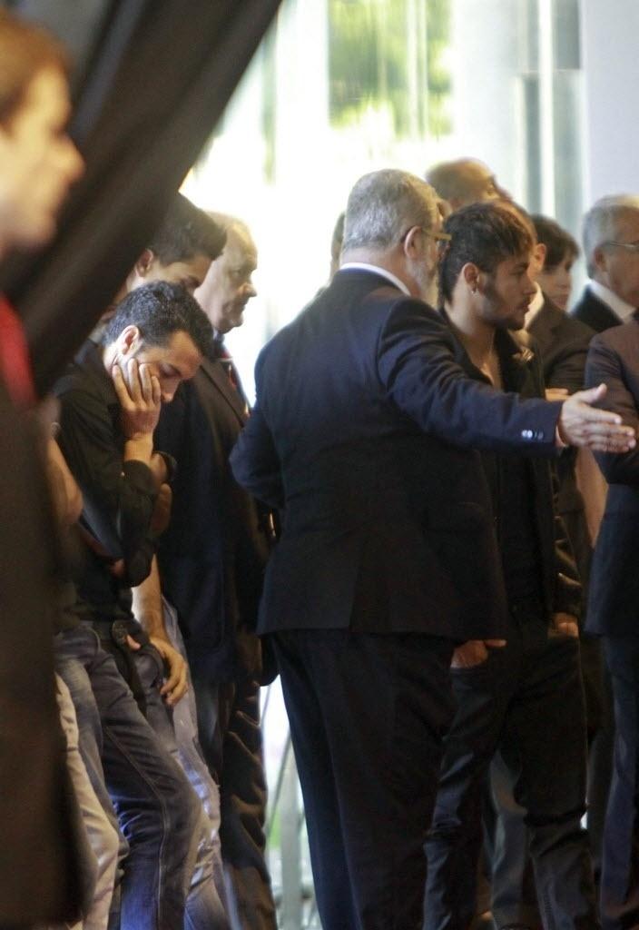 26.04.2014 - Neymar, Pedro e outros atletas do Barcelona participaram do velório do técnico Tito Vilanova no Camp Nou