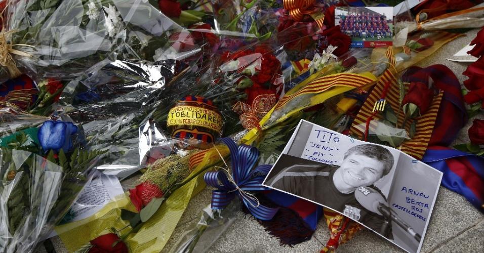 26.04.2014 - Torcedores do Barcelona deixam flores e homenagens ao ex-técnico Tito Vilanova, que morreu nesta sexta-feira