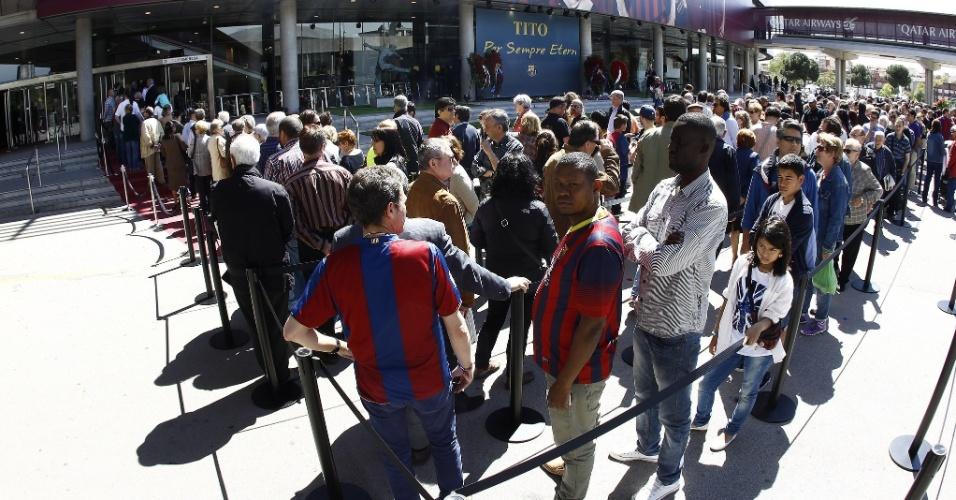 26.04.2014 - Torcedores do Barcelona fazem fila para acompanhar o velório de Tito Vilanova no Camp Nou