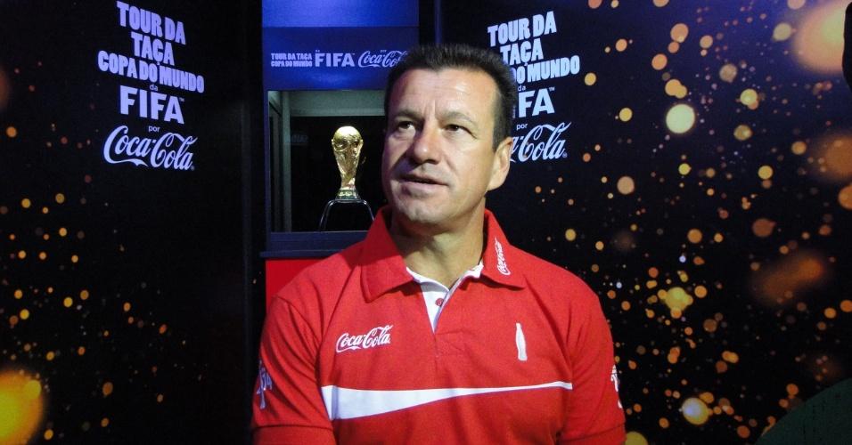 Dunga concede entrevista após exibir pela primeira vez a taça da Copa do Mundo na passagem por Porto Alegre