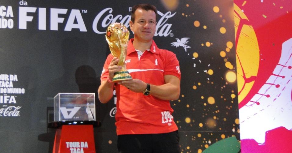 Dunga foi o responsável por exibir pela primeira vez a taça da Copa do Mundo na passagem por Porto Alegre