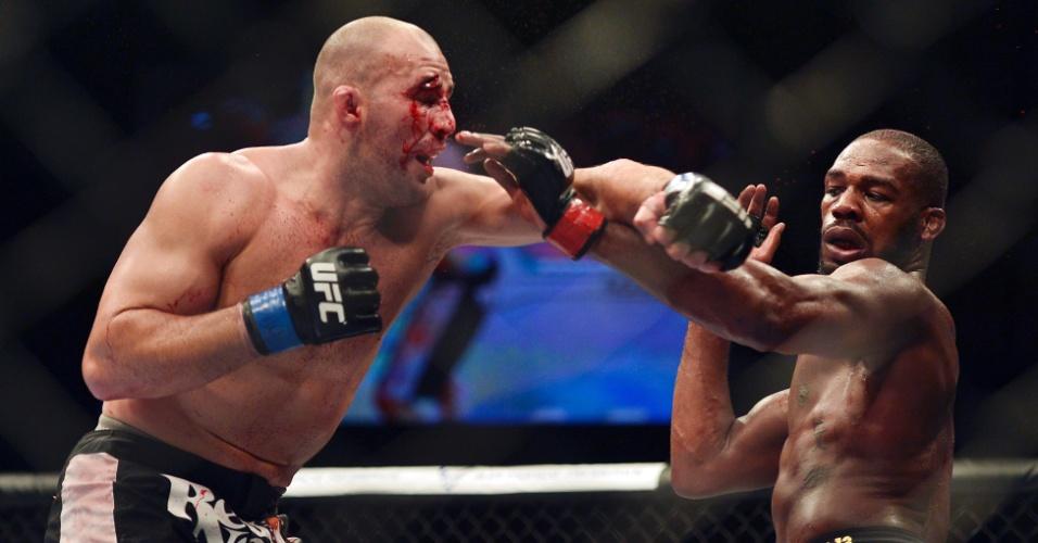 26.abr.2014 - Glover ficou com rosto muito machucado devido os fortes golpes aplicados por Jon Jones