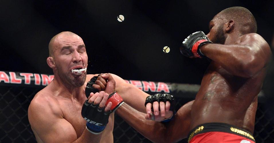 26.abr.2014 - Glover Teixeira cospe o protetor bucal após ser atingido por forte golpe de Jon Jones