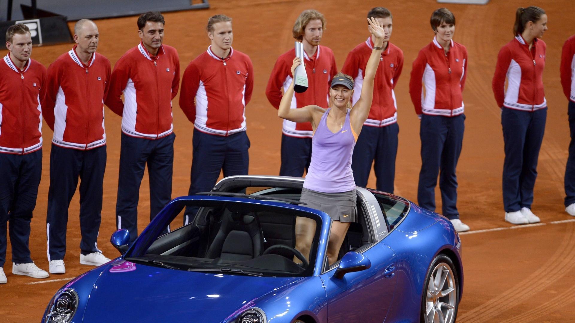 27.04.2014 - Sharapova ergue troféu e ganha Porsche após título em Stuttgart
