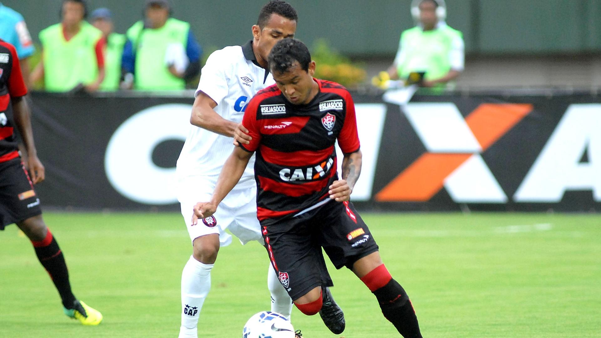 27.abr.2014 - Atacante Vinícius avança com a bola em jogo do Vitória contra o Atlético Paranaense, pelo Brasileirão