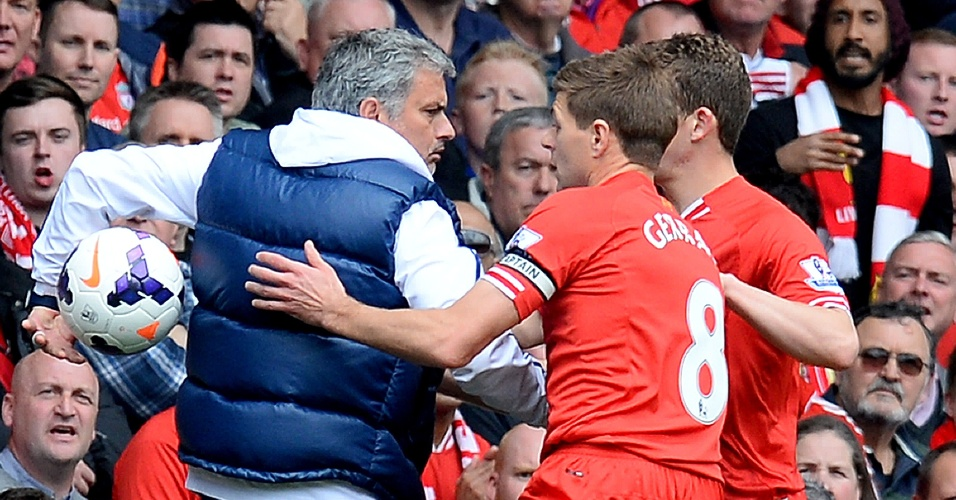 27.abr.2014 - Mourinho segura a bola e impede reposição rápida de jogadores do Liverpool no clássico contra o Chelsea