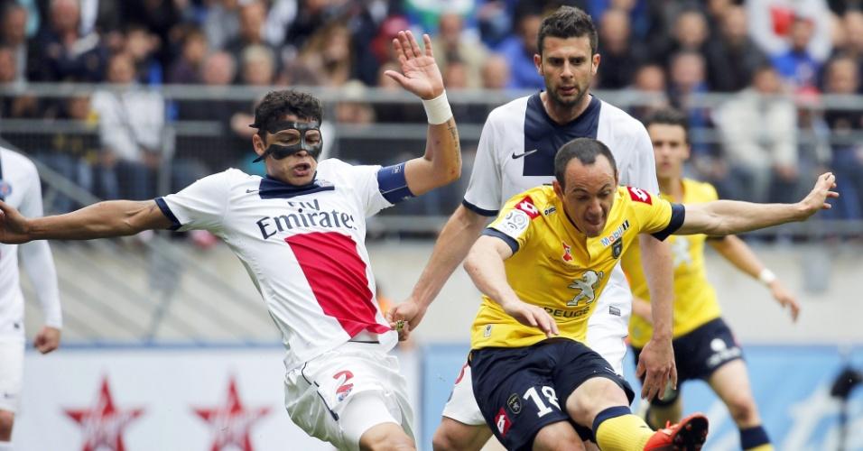 27.abr.2014 - Thiago Silva tenta desarmar Sebastien Roudet; brasileiro fez um gol contra na partida entre PSG e Sochaux