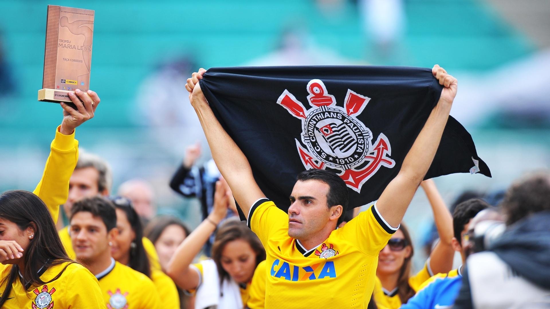 Torcedor corintiano exibe bandeira do clube antes do confronto com o Flamengo, pela segunda rodada do Brasileirão 27.abr.2014