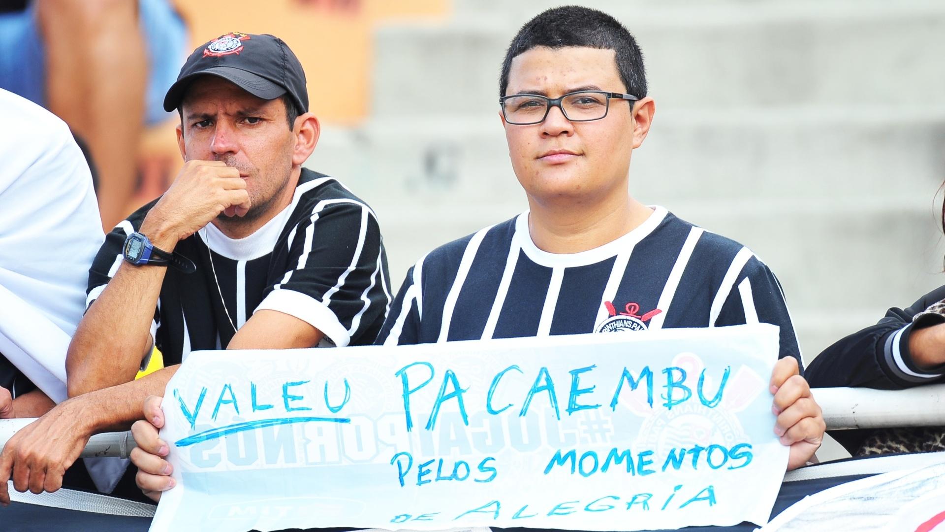 Torcedor leva faixa de agradecimento para a despedida do Pacaembu 27.abr.2014