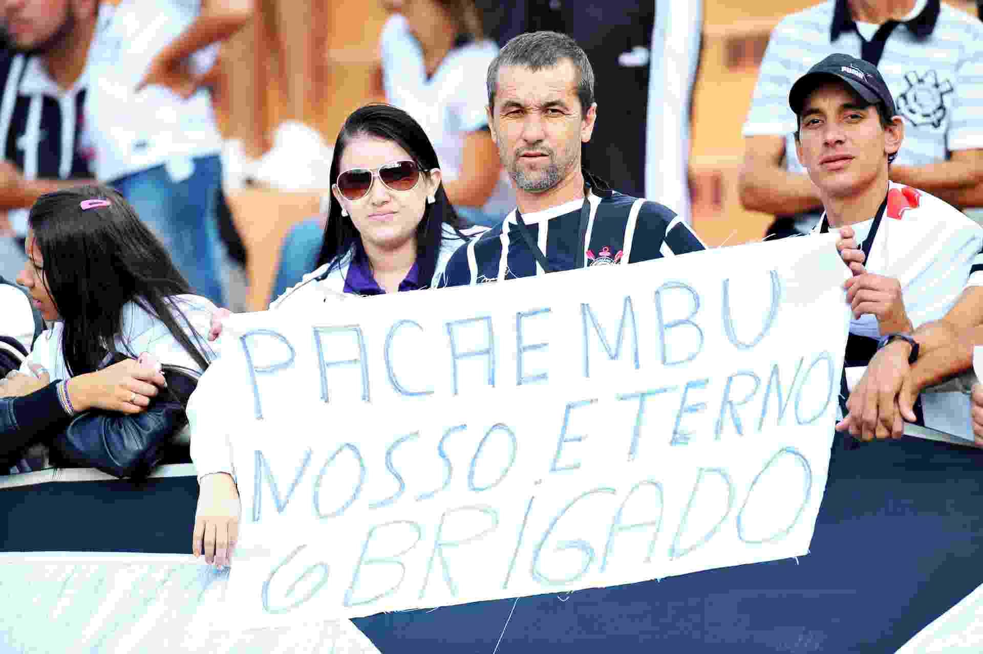 Torcedores levam faixas de agradecimento para a despedida do Pacaembu 27.abr.2014 - Reinaldo Canato/UOL