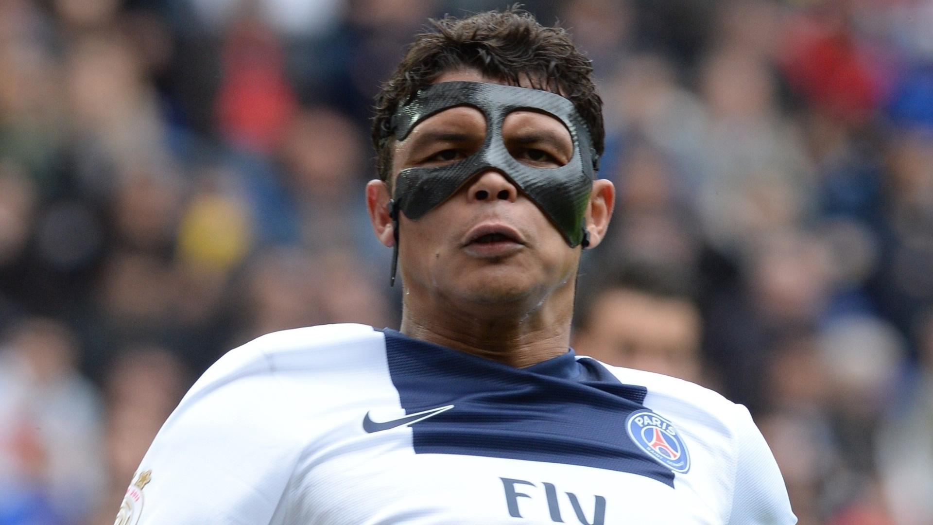 27.abr.2014 - Usando máscara protetora, brasileiro Thiago Silva disputa a partida entre PSG e Sochaux