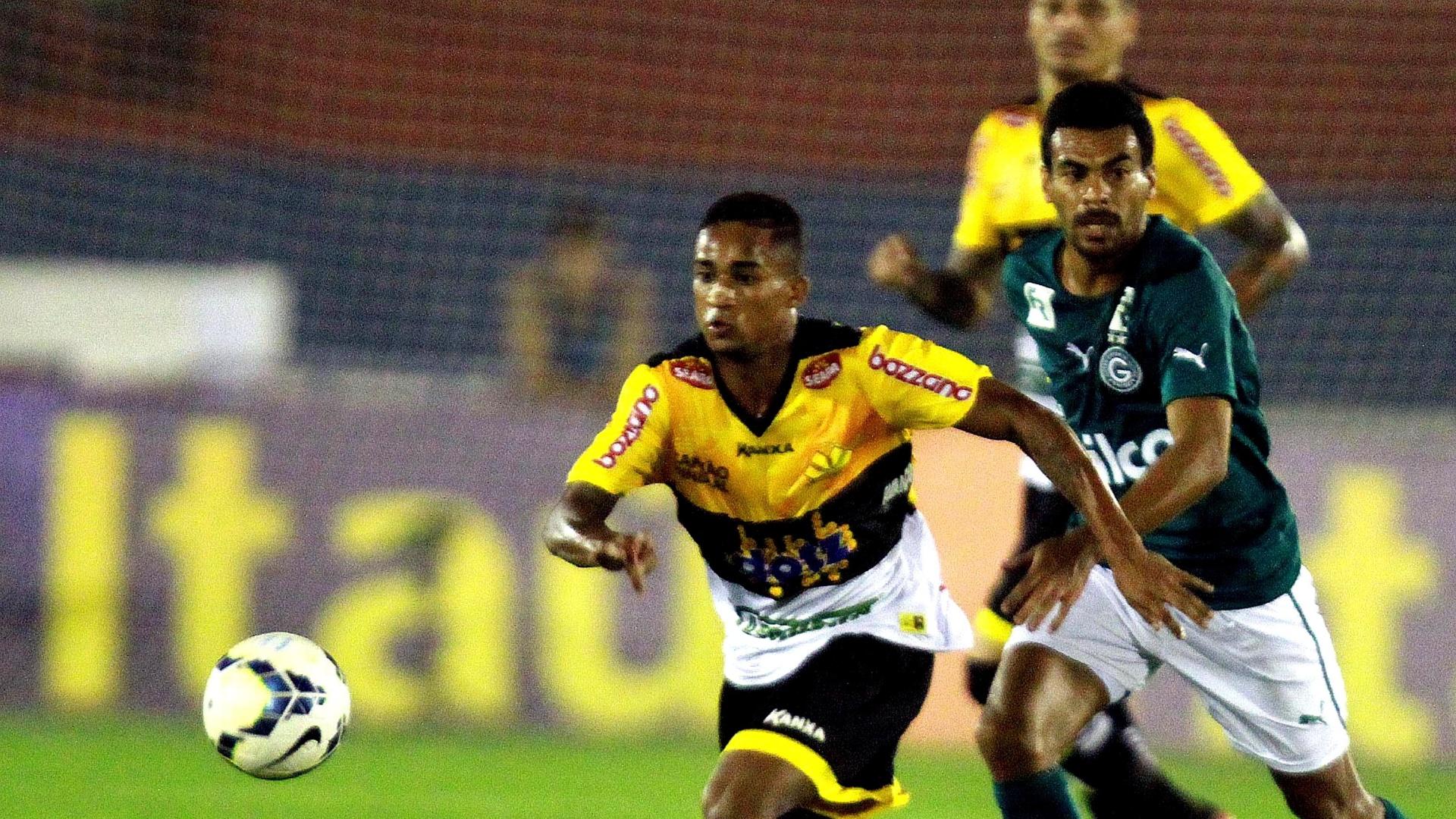 Eduardo, do Criciúma (esq), e Araújo, do Goiás, disputam jogada pelo Campeonato Brasileiro