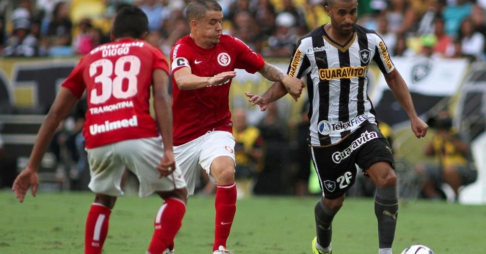 D'Alessandro, do Inter, marca Julio Cesar, do Botafogo