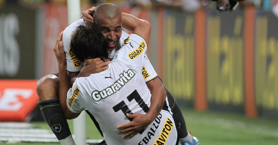 Emerson Sheik celebra seu primeiro gol pelo Botafogo com Zeballos