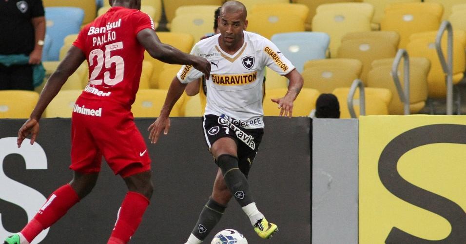 Emerson Sheik, do Botafogo, tenta passar por zagueiro Paulão, do Inter