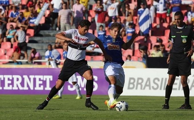 Ganso disputa bola no jogo contra o Cruzeiro