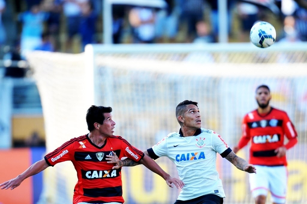 Guerrero tenta dominar a bola na partida entre Corinthians e Flamengo pelo Brasileirão