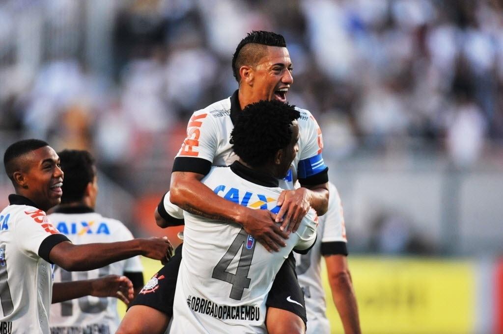 Jogadores do Corinthians comemoram gol de Gil contra o Flamengo