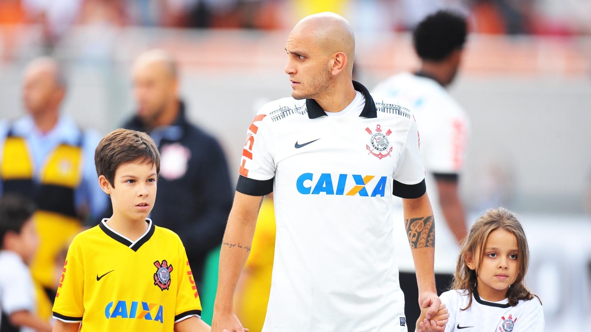 Lateral Fabio Santos entra no gramado do Pacaembu para jogo contra o Flamengo 27.abr.2014