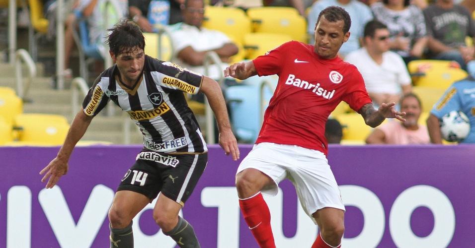 Lodeiro tenta fazer jogada para cima de Alan Patrick no duelo do Botafogo