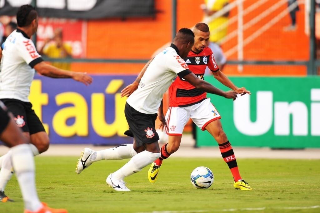 Paulinho encara a marcação de Cléber no jogo entre Flamengo e Corinthians