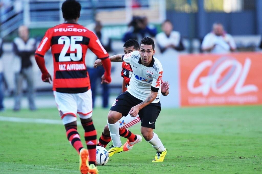 Petros tenta fugir da marcação do Flamengo no jogo do Corinthians