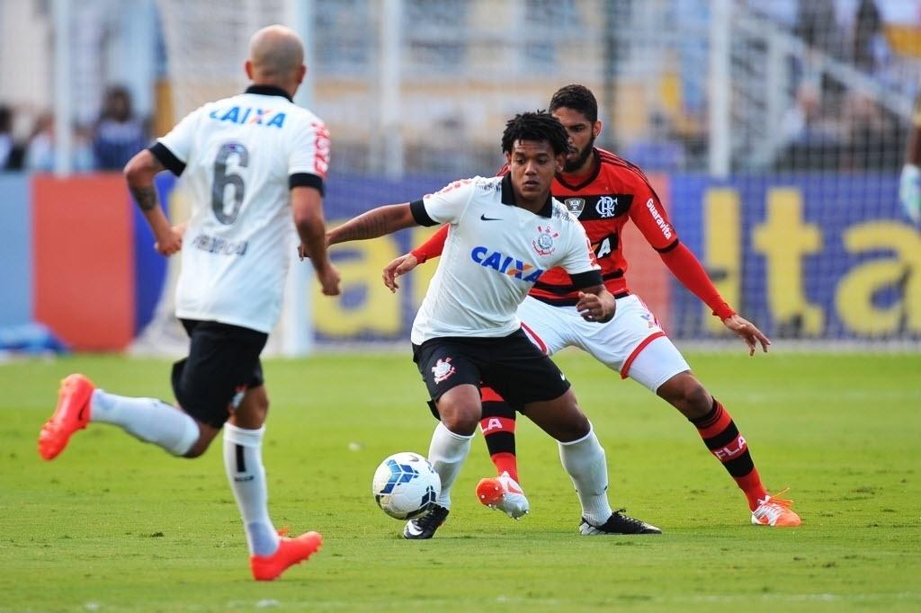 Romarinho tenta fugir da marcação de Wallace no jogo entre Corinthians e Fla