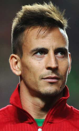 15.nov.2013 - João Pereira, de Portugal, se perfila antes do jogo contra a Suécia pela repescagem da Copa do Mundo-2014