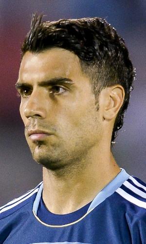 15.out.2013 - Augusto Fernández, da Argentina, fica perfilado antes da partida contra o Uruguai pelas eliminatórias da Copa do Mundo-2014