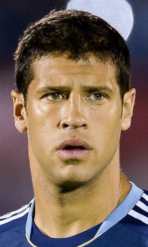 15.out.2013 - Sebastián 'Sebá' Domínguez, da Argentina, se perfila antes do jogo contra o Uruguai pelas eliminatórias da Copa do Mundo-2014