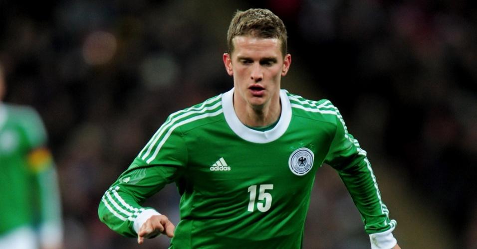 19.nov.2013 - Lars Bender, da Alemanha, domina a bola durante amistoso contra a Inglaterra em Wembley