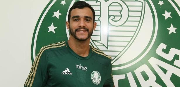 Atacante Henrique, novo reforço para o clube, posa com a camisa do Palmeiras - Cesar Grecco/Ag Palmeiras/Divulgação