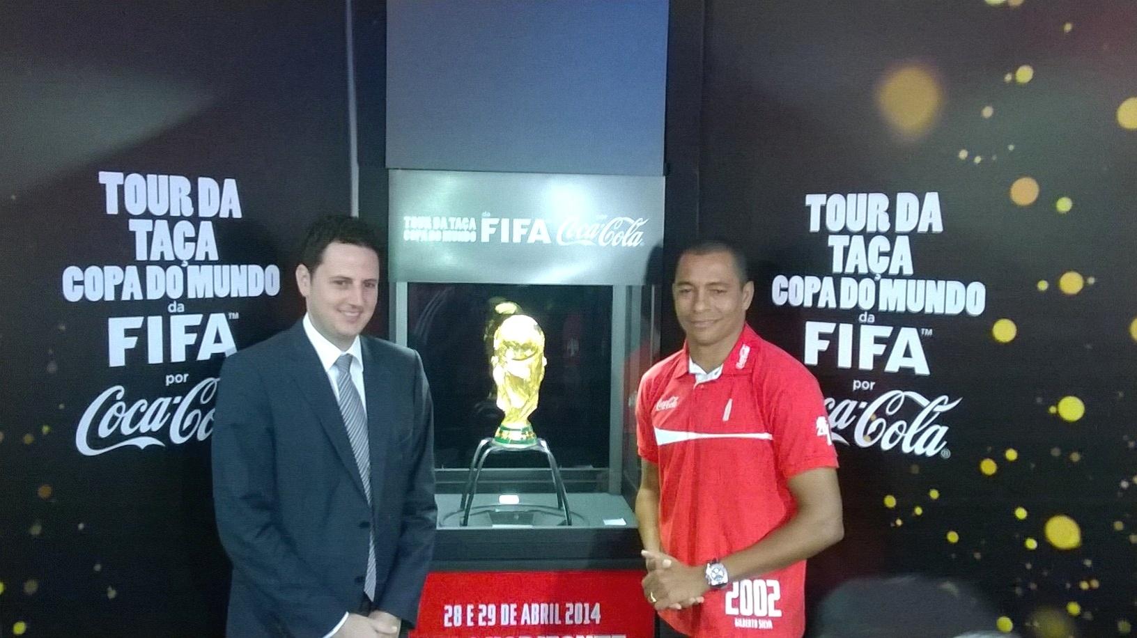 Pentacampeão Gilberto Silva visita a Taça da Copa do Mundo ao lado do secretário estadual extraordinário para a Copa do Mundo, Tiago Lacerda