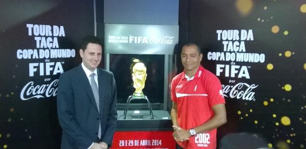 Pentacampeão Gilberto Silva visita a Taça ao lado do secretário extraordinário para a Copa, Tiago Lacerda